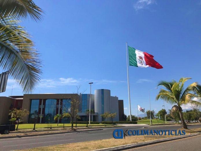 complejo administrativo bandera mexicana 696x522 - Darán de baja a trabajadores de gobierno del estado que vayan a vacacionar durante periodo de aislamiento por coronavirus