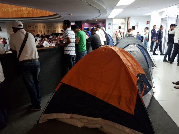 casas de campaña dentro de congreso 696x522 - Estudiantes de la FEC instalan plantón; piden 100% de descuento en transporte y disculpa de Parra