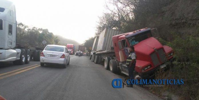 accidente tráiler 696x352 - Trailer se estampa contra el cerro en la libre Manzanillo – Armería