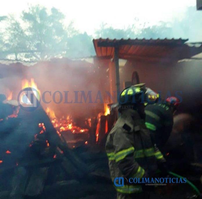 incendio en madereria la villa 696x684 - Reportan incendio en una maderería en Villa de Álvarez
