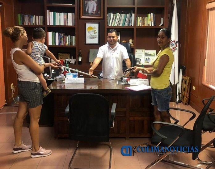 Salvador Bueno dona 50 bastones a personas vulnerables 696x547 - Salvador Bueno dona 50 bastones a personas vulnerables
