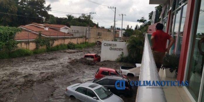 inundación jalisco 696x348 - Tormenta inunda calles y avenidas en Tlajomulco