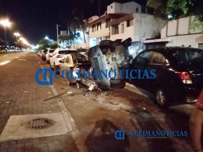 Choca contra tres vehículos y huye 3 696x522 - En Manzanillo, choca contra tres vehículos y huye