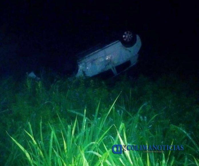 volcadura 1 696x578 - Vuelca camioneta en la carretera Manzanillo-Cihuatlán