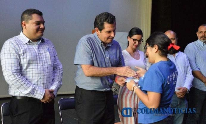 Locho Morán entrega becas 'Maestra Vera Vázquez' a estudiantes del CEDART