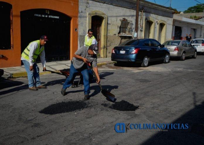 bacheo 696x494 - Trabajo de bacheo en las principales calles y avenidas de la ciudad capital