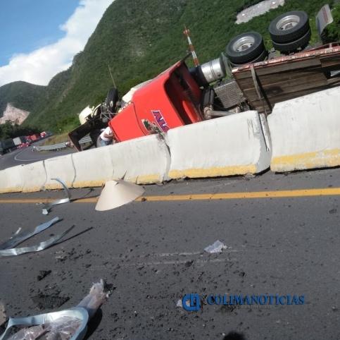 volcadura tráiler - Reportan volcadura de tráiler en la autopista Manzanillo-Colima; a la altura de La Salada (video)