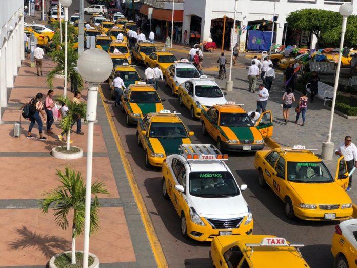 Rechaza Cabildo de Tecomán a mototaxis en la cabecera municipal taxistas protestan 9 1 696x522 - Rechaza Cabildo de Tecomán a mototaxis en la cabecera municipal; taxistas protestan