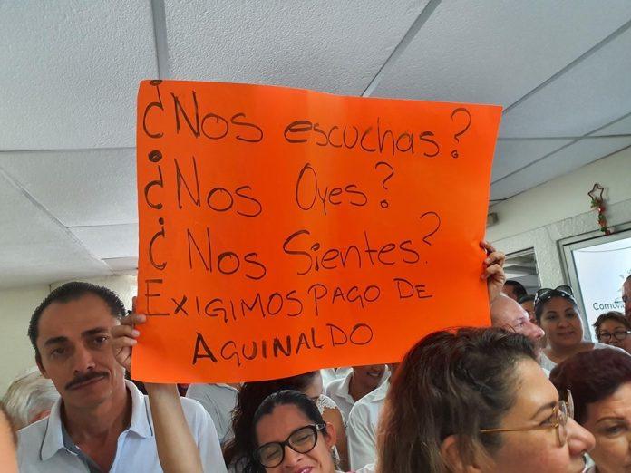 Trabajadores del STJE bloquean edificio en reclamo de pago de aguinaldos 696x522 - Trabajadores del STJE bloquean edificio en reclamo de pago de aguinaldos