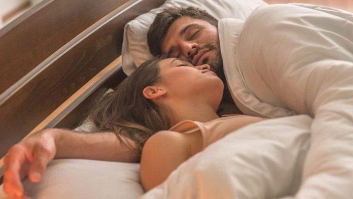 dormir pareja 696x392 - Cómo despejar la mente antes de dormir para descansar mejor