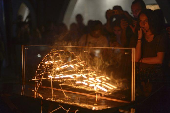 """linea que arde 696x463 - Inauguran """"La única línea que ilumina es la que arde"""", de Antonio Carranza"""