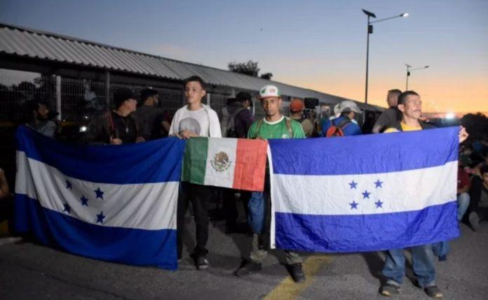 Migrantes dan plazo de tres horas para que les den paso libre a México 696x429 - Migrantes piden a México paso libre para llegar a EU - #Noticias