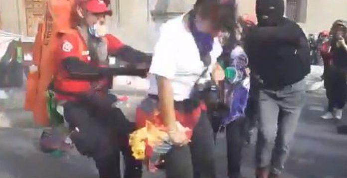 FOTOGRAFA 696x357 - Queman con bomba molotov a fotógrafa - #Noticias