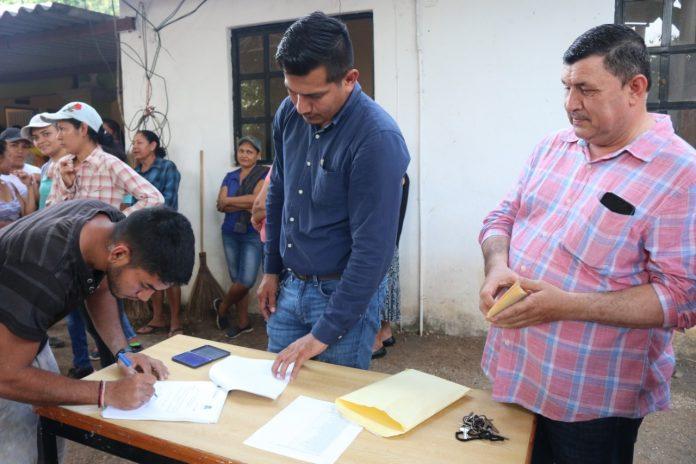 cumple el alcalde Carlos Carrasco 696x464 - Carlos Carrasco cumple con pago a beneficiarios del programa de Empleo Temporal en La Presa - #Noticias