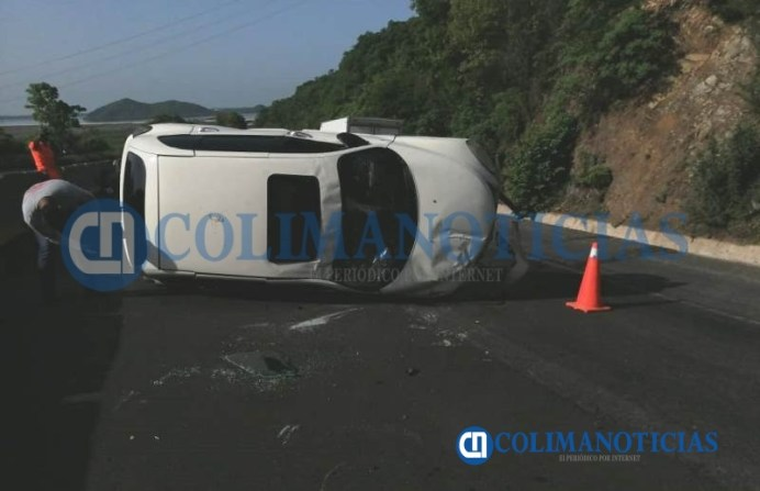 Camioneta familiar vuelca en la autopista Manzanillo-Colima