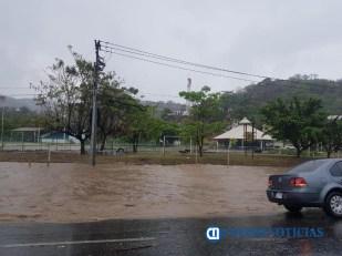 Inundación en calles y avenidas principales de Manzanillo tras lluvia