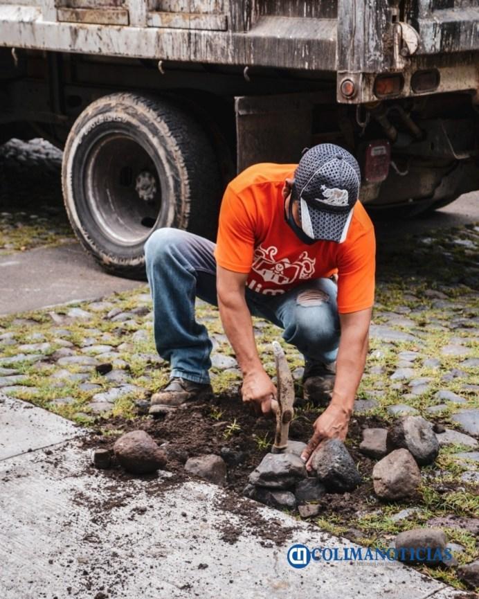 Labores de bacheo y empedrado se realizan diariamente por toda la ciudad