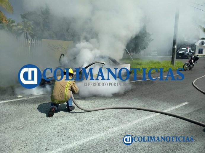 Arde vehículo del Ayuntamiento de Colima junto al Conalep