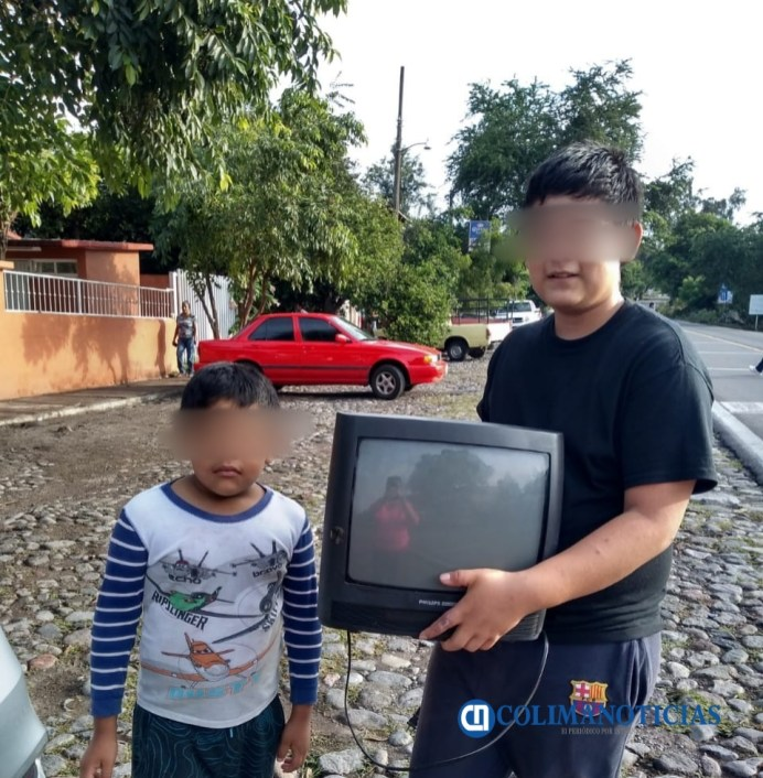 Profesora rural de Comala recolecta televisores y decodificadores para que niños puedan estudiar a distancia