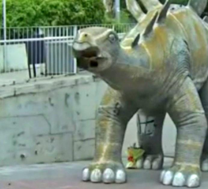 estatua de dinosaurio