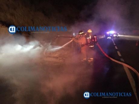 Incendio consume auto en el libramiento El Naranjo