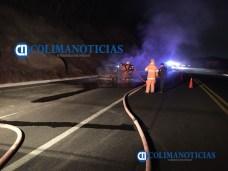 Incendio consume auto en el libramiento El Naranjo0