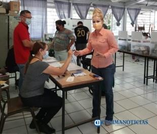 Paty Alcaraz votando