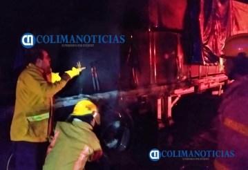 Se incendia tráiler sobre el libramiento Ejército Mexicano durante la noche2