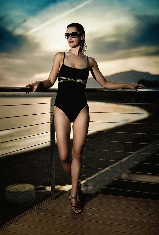 Regina v plavkách u moře soumrak