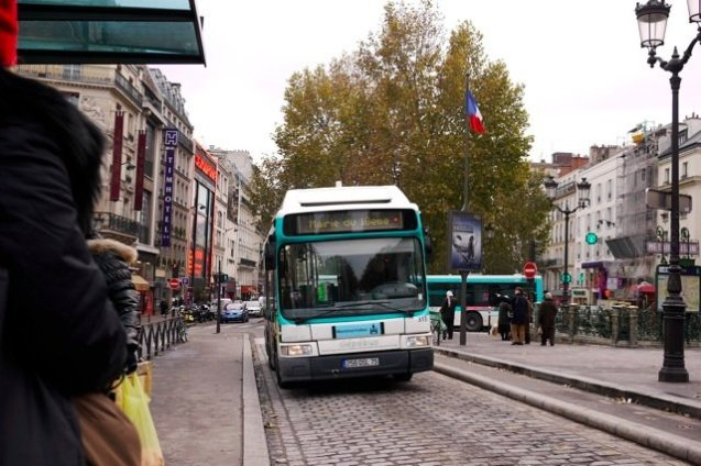 Montmartrobus in the center bus lane at Place Pigalle