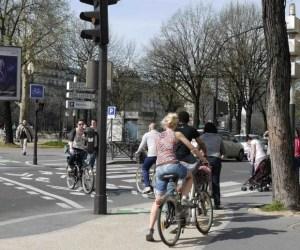 Bike Crossing people on bikes using the crossing lane near Quai de la Rapée and Bastille on private and Velib bikes