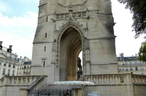 Des Mots et Des Arts manages ticket sales base of tower Tour Saint Jacques Châtelet Paris