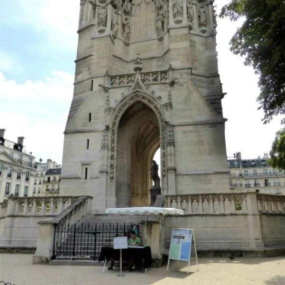 Des Mots et Des Arts manages ticket sales base of tower Tour Saint Jacques Châtelet Paris