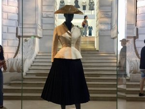 Image of the Bar suit, New Look, at the beginning of the second part of the Dior exhibit