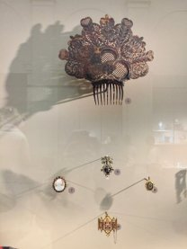 Image of comb and jewellery