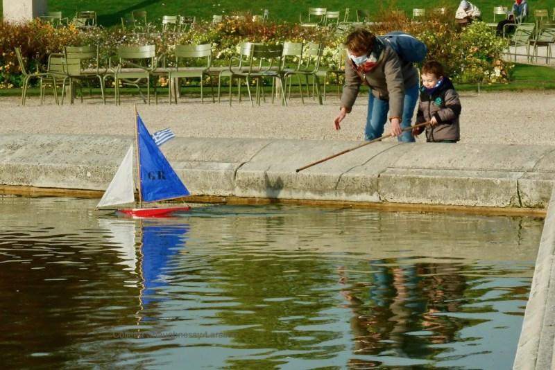 LuxembourgGardens_ColleensParis_Boat_Children_P2800753