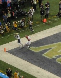 Husky WR Dante Pettis hauls in the first quarter TD pass for an early 7-0 lead.