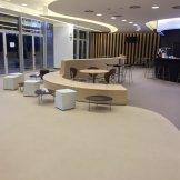 Cafetería multinacional con pavimento vinílico (PVC)