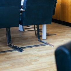 Oficina con pavimento vinílico (PVC) imitación parquet