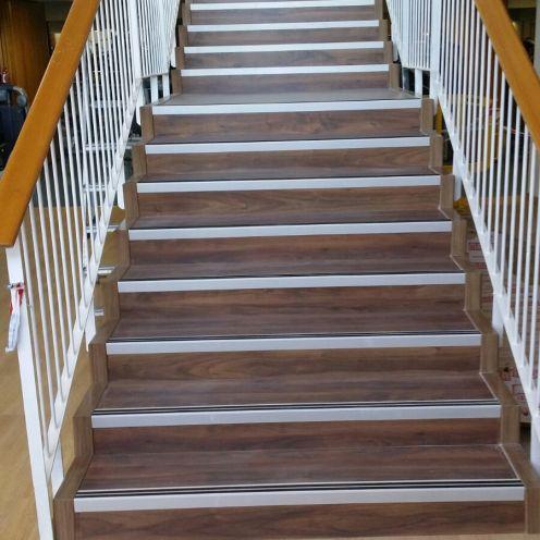 Escaleras gimnasio con parquet lamminado y cantoneras aluminio