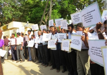 Jaffna Employees and some Students: Blockading the Council (31 Jan. 2015)