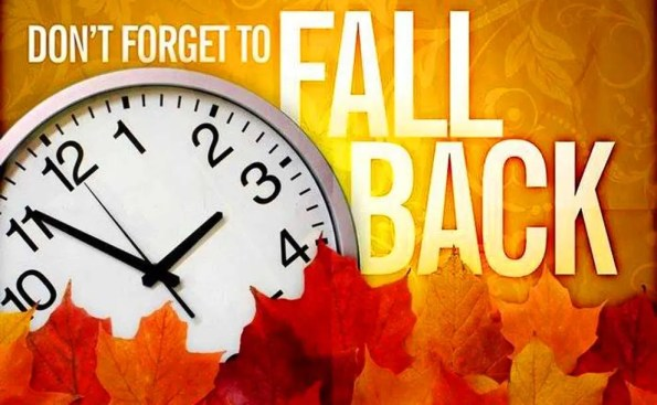 "Fall levaes, a clock and the words ""Fall Back"""