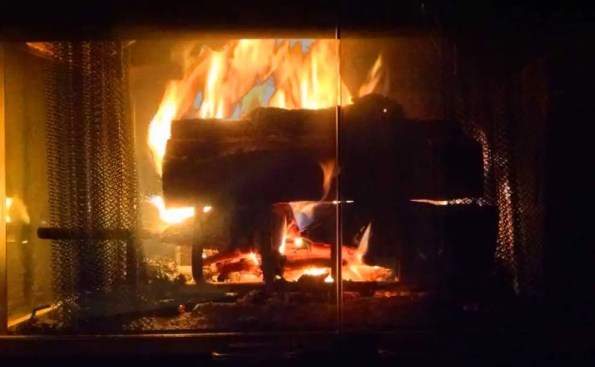Fire place with burning logs
