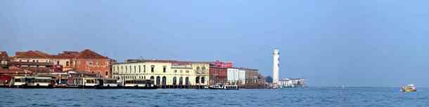 Silhouette der Insel Murano von der Fähre aus gesehen