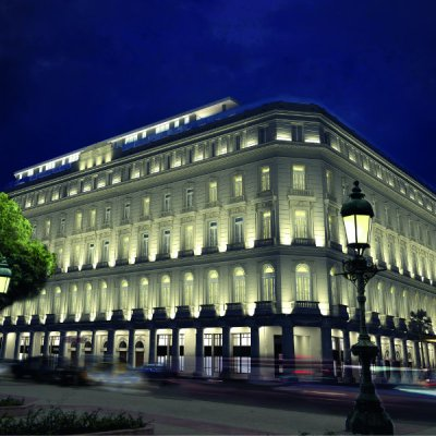 La Manzana de Gómez, re inaugurada en 2017 como Gran Hotel Manzana Kepinski, es un edificio del siglo XX en La Habana ubicado en los límites del municipio Habana Vieja, colindante con importantes sitios de la ciudad como el Parque Central, el Museo de Bellas Artes, el Hotel Parque Central, el Bar El Floridita, la Calle Obispo, el Hotel Plaza y el Centro Comercial Harry Brothers. Posee unos 5 pisos de altura. Fue construido por José Gómez-Mena Vila. La estructura de la década de 1910 fue el primer complejo comercial de estilo europeo en Cuba. La Manzana de Gómez, fue la primera cuadra de la ciudad enteramente construida a principios del siglo xx para uso comercial con dos calles diagonales interiores que atraviesan el edificio en todas las direcciones y que integran la circulación peatonal con la tela exterior. Está limitado por las calles Neptuno, San Rafael, Zulueta y Monserrate. Aunque inicialmente tuvo un uso exclusivamente comercial, posteriormente ha tenido uso mixto con centros de enseñanza, comercio y oficinas. En 2013 se anunció un proyecto para convertirlo en un Hotel privado.2 El Gran Hotel Manzana Kempinski de La Habana quedó inaugurado oficialmente el 8 de junio de 2017, con la presencia de la alta dirección de la compañía alemana que lo administrará y directivos del Grupo Gaviota, dueño de la instalación.