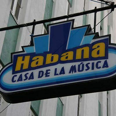 La Casa de la Música se encuentra en un típico edificio de apartamentos de la Calle Galiano, en el corazón de Centro Habana.Abierto en el año 2003, está considerado unos mejores y más populares centros nocturnos de música en vivo de Cuba.Todos los grupos importantes de la isla han actuado ante la audiencia de la Casa de la Música, compuesta por una entregada mezcla de locales y turistas.