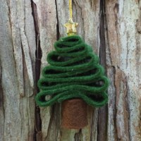 Super simple felt Christmas tree ornament kids can make
