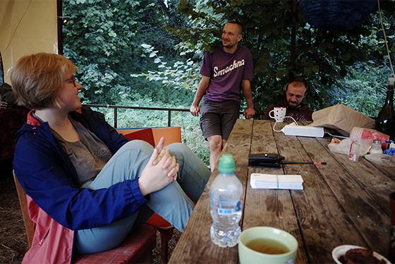 Архитектор и музыкант Сергей Кравченко (в центре) и волонтеры за обеденным столом лагеря