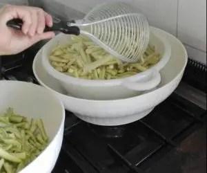 La ricetta delle zucchine sott'olio - scolatura delle zucchine dopo la bollitura