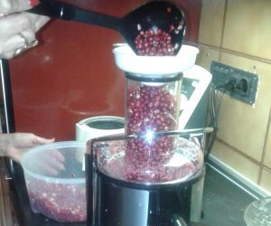 Estrazione del succo per la gelatina di melograno